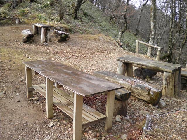 稲村小屋 休憩場所 テーブルとベンチ